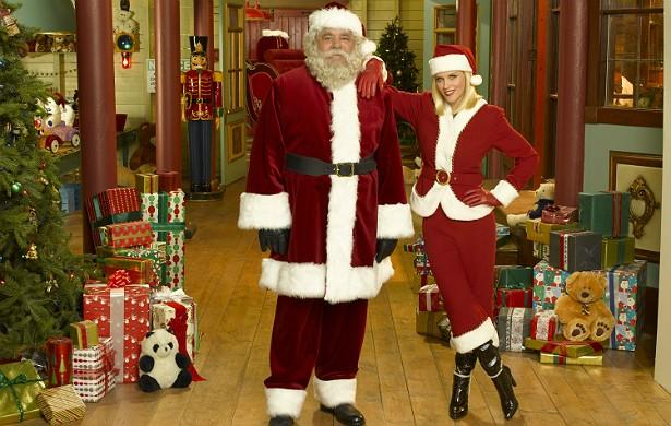 Os atores Paul Sorvino e Jenny McCarthy, ex-coelhinha da 'Playboy', encarnaram o Papai e a Mamãe Noel em 2009, em um especial levado ao ar pela emissora norte-americana ABC. (Foto: Getty Images)