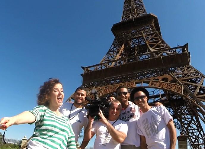 Michelly vai 'turistar' na réplica da Torre Eiffel, em Umuarama (Foto: Reprodução/ Plug)