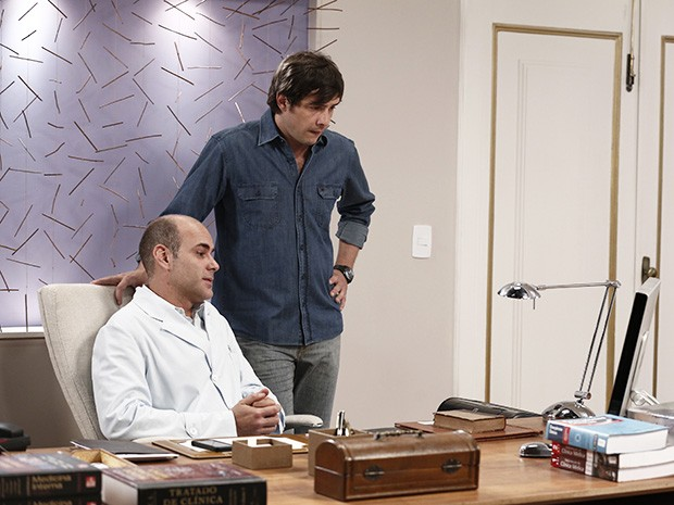 Caíque e Fernando olham a foto que caiu na internet (Foto: Inácio Moraes/Gshow)
