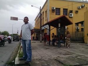 Passageiro enfrente dificuldade para chegar ao trabalho com greve de ônibus em João Pessoa (Foto: Wagner Lima)