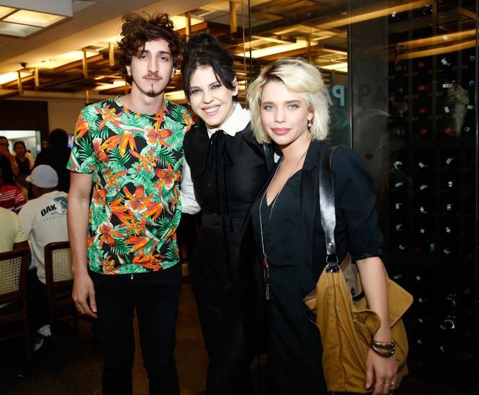 Barbara Paz animada ao lado de Johnny Massaro e Bruna Linzmeyer (Foto: Raphael Dias/Gshow)