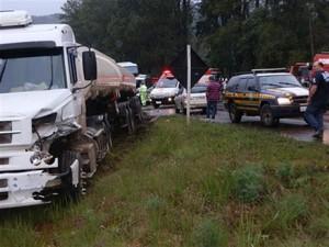 Carreta foi atingida por caminhão (Foto: Michel Teixeira/Rádio Catarinense)
