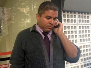 Taxista André Rogério espera para prestar depoimento em delegacia (Foto: Nathália Duarte/G1)
