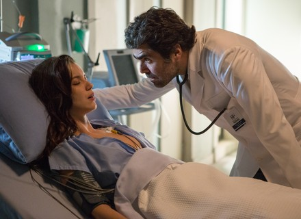 Lorena é socorrida em estado gravíssimo e chama por Júlia no hospital