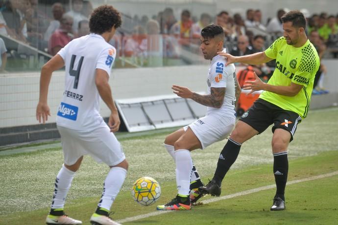 Santos x Coritiba - Victor Ferraz e Gabriel (Foto: Guilherme Kastner / Brazil Photo Press/ Estadão Conteúdo)