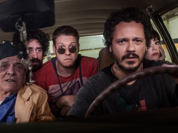 A partir da esquerda: Lúcio Mauro (pai, no banco do carona), Felipe Abib, Fábio Porchat (de óculos), Danton Mello (ao volante) e Nátlia Lage em 'Vai que dá certo 2' (Foto: Divulgação)