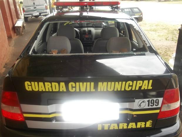Vidro traseiro da viatura foi destruído por pedras, em Itararé (Foto: Divulgação/ Guarda Municipal)