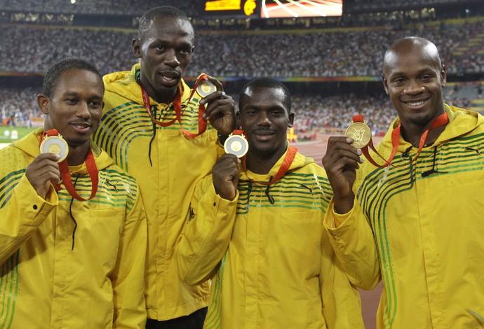 Michael Fraser, Usain Bolt, Nesta Carter e Asafa Powell revezamento 4 x 100m 2008 (Foto: Petr David Josek/AP)