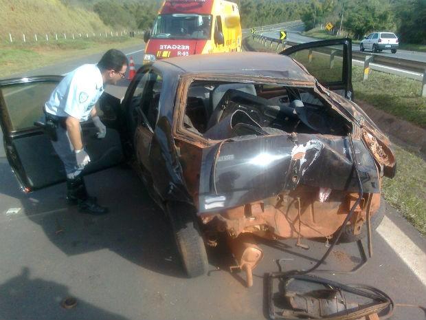 O veículo ficou totalmente destruído. (Foto: Carlos Alberto Soares/TV Tem)