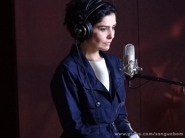 Nervosa, ela se prepara para mostrar seu talento (Foto: Sangue Bom/TV Globo)