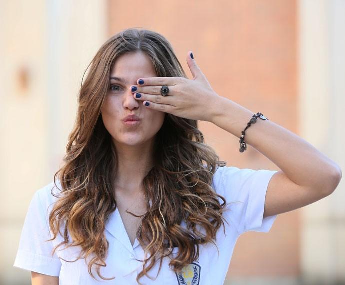 Alina não fica sem o seu anel da sorte (Foto: Isabella Pinheiro/Gshow)