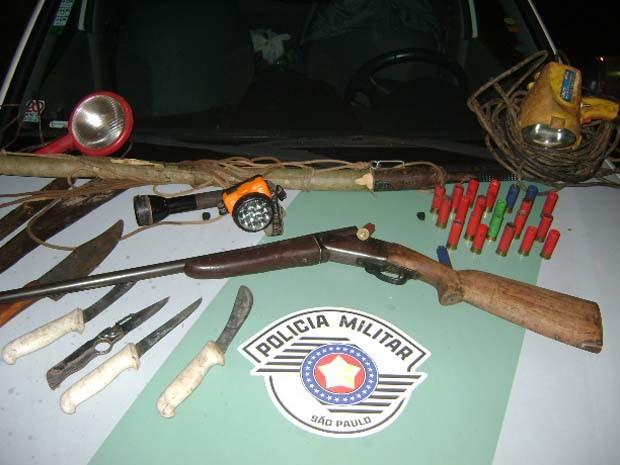 Arma e acessórios para caça apreendidos durante operação em Barretos (Foto: Polícia Militar Ambiental de Barretos)