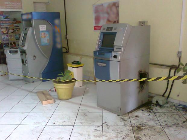 Caixas eletrônicos foram arrombados em shopping no Centro de Campina Grande (Foto: Gil Ribeiro/TV Paraíba)