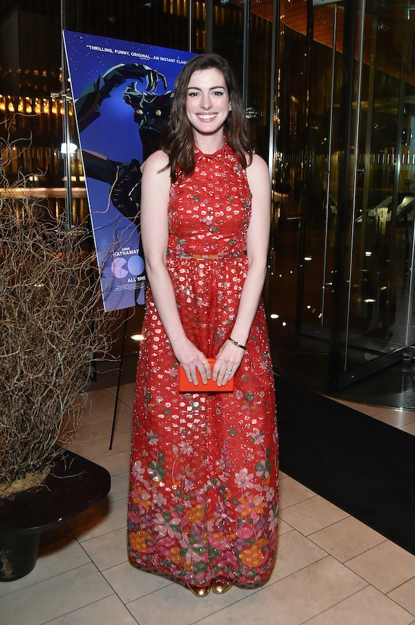 A vestimenta substituta colocada por Anne Hathaway em Nova York (Foto: Getty Images)