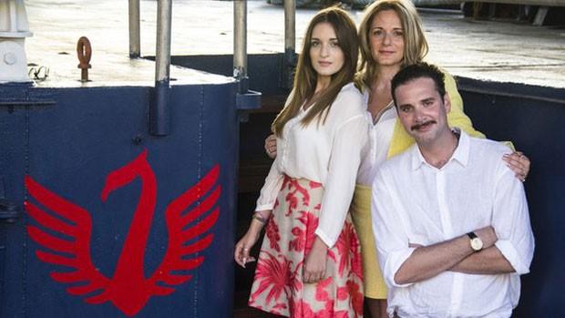 Casal com sua filha, Maria Luisa: projeto ajuda imigrantes que tentam chegar à Europa de barco (Foto: BBC)