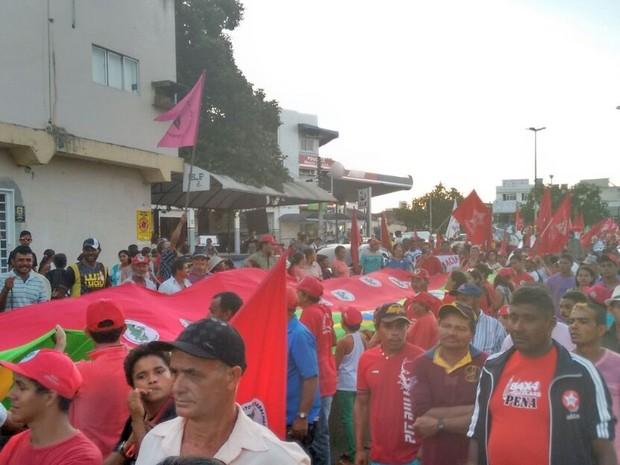 Protesto em apoio ao governo Dilma e Lula é realizado em Caruaru, nesta sexta-feira (18) (Foto: Joalline Nascimento/ G1)