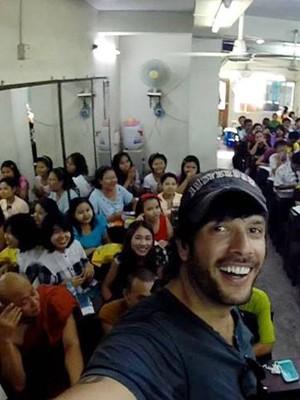 Convidado por monge, mochileiro do Sul de MG dá palestra para alunos em Myanmar. (Foto: Arquivo Pessoal / Mayke Moraes)