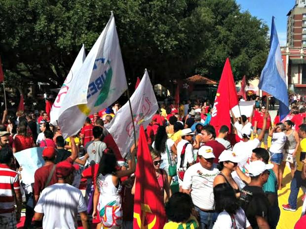 Ato reúne manifestantes contrários ao impeachment da presidente  Dilma Rousseff (PT) no Largo São Sebastião, Centro de Manaus (Foto: G1)