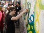 Jake Bugg grafita muro em comunidade de São Paulo