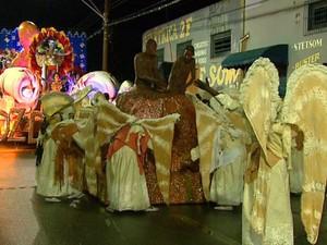 Comissão de frente da Grasifs, de Rio Claro, representava a criação (Foto: Marlon Tavoni/EPTV)