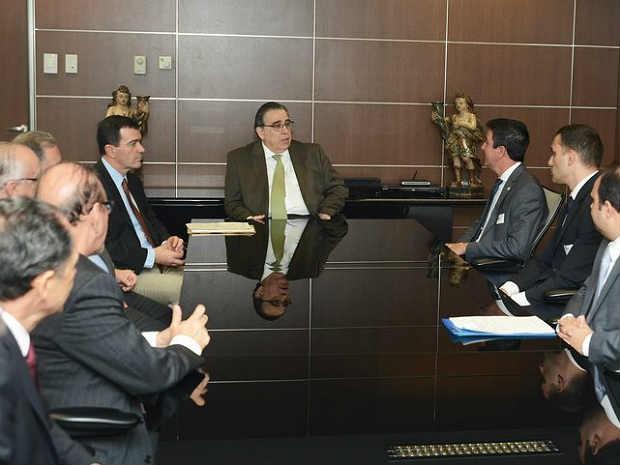Assinatura acordo de concessão Aeroporto Regional Zona da Mata (Foto: Renato Cobucci / Imprensa MG)