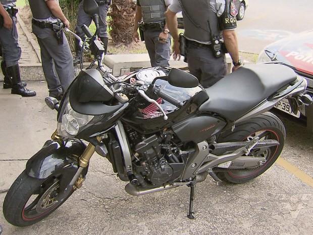 Motos roubadas durante o feriado foram recuperadas em Praia Grande, SP (Foto: Reprodução/TV Tribuna)