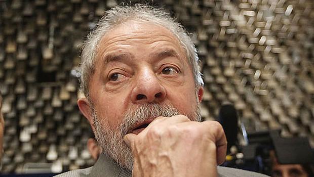 O ex-presidente Luiz Inácio Lula da Silva, assiste da galeria ao depoimento de Dilma Rousseff no Senado (Foto: Mario Tama/Getty Images)