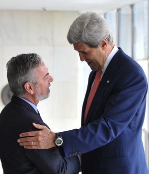 O ministro brasileiro das Relações Exteriores, Antonio Patriota, cumprimenta o secretário de Estado dos EUA, John Kerry, em Brasília (Foto: Agência Brasil)