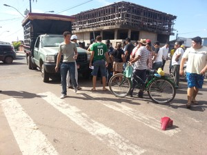 Mauitas pessoas se reúnem no local do acidente (Foto: Thaís Pucci/G1)