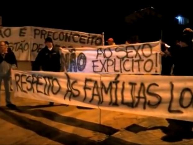 Moradores da rua Maringá protestaram contra a prostituição na região (Foto: Reprodução/RBSTV)