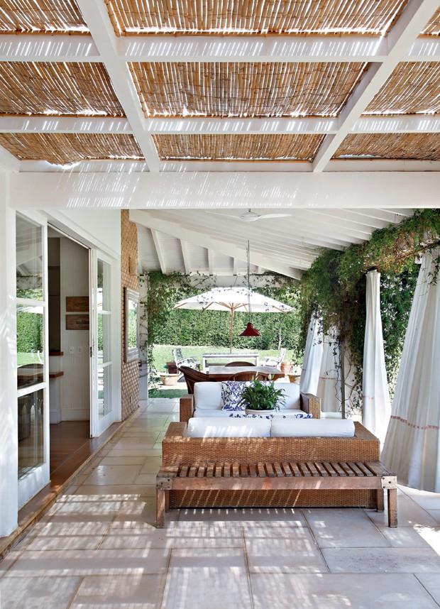 Decora o azul e branco na casa de campo casa e jardim for Pisos de inmobiliarias de bancos
