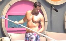 Corpão bronzeado e suado na piscina (Big Brother Brasil)