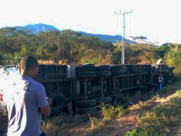 Carreta tomba no norte da Bahia ao tentar desviar de animais (Foto: Henrique Morgado/Arquivo Pessoal)