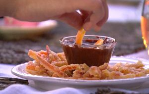 Cascas de laranja caramelizadas mergulhadas no chocolate