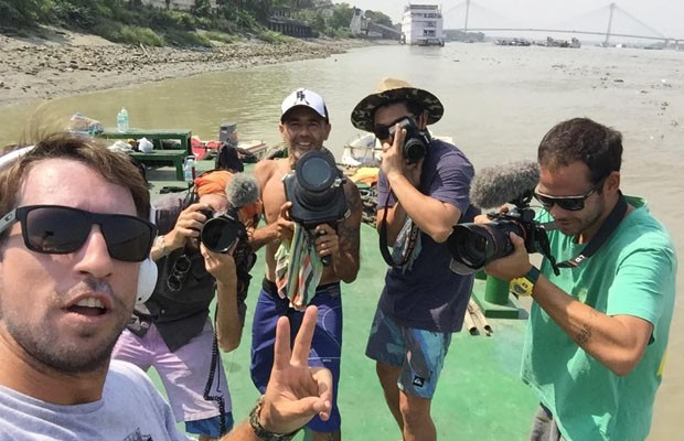 Quatro aventureiros em busca da pororoca do Rio Ganges, uma onda jamais surfada (Foto: Reprodução/Redes Sociais)