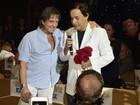 Tom Cavalcante faz show em navio com Roberto Carlos na plateia
