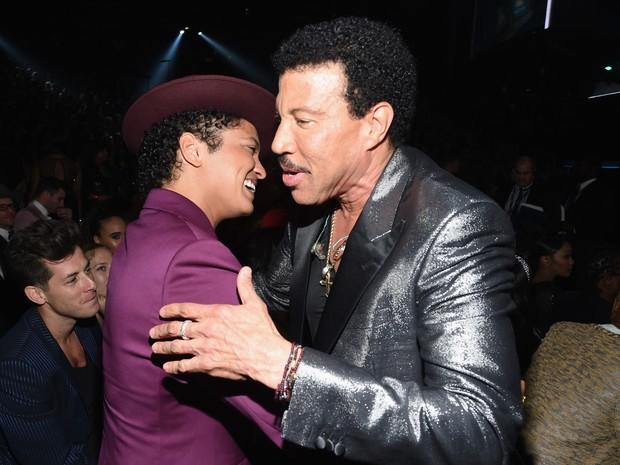 Bruno Mars e Lionel Richie no Grammy, em Los Angeles, nos Estados Unidos (Foto: Larry Busacca/ Getty Images/ AFP)