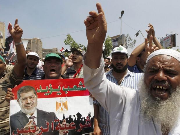 4/7 - Membros da Irmandade Muçulmana protestam contra a deposição do presidente Mohamed Morsi nesta quinta-feira (4) na mesquita Raba El-Adwyia, no Cairo (Foto: Louafi Larbi/Reuters)
