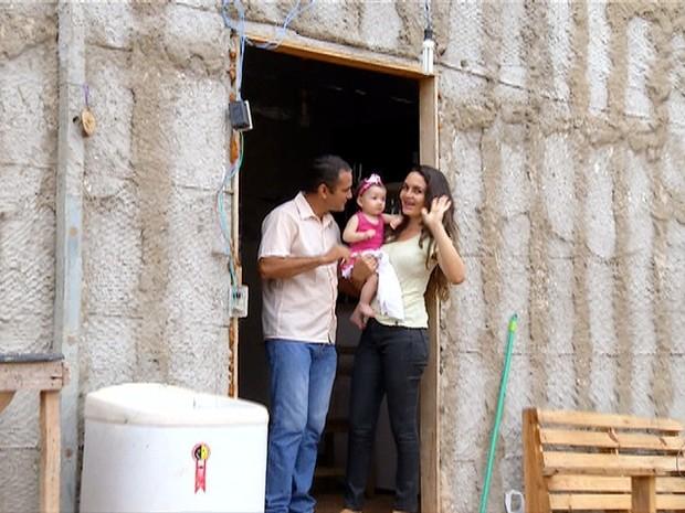 Família comemora a construção de casa própria (Foto: Reprodução/TV Anhanguera)
