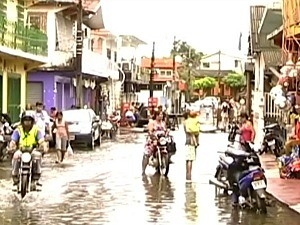 Cheia já atinge vários bairros de Itacoatiara (Foto: Reprodução/TV Amazonas)
