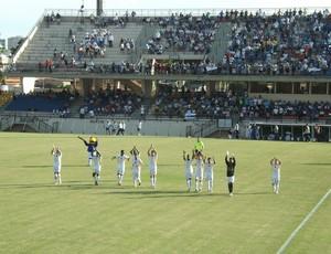 Azulão agradeceu a torcida por comparecer no estádio (Foto: Natália de Oliveira)