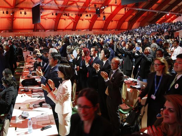 Público presente na COP 21 comemora decisão de aprovação do acordo do clima (Foto:  François Guillot/AFP Photo)
