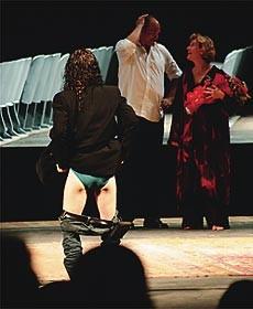 Polêmico, Thomas mostra as nádegas para a plateia ao fim de um espetáculo seu, que recebeu vaias do público (Foto: reprodução)