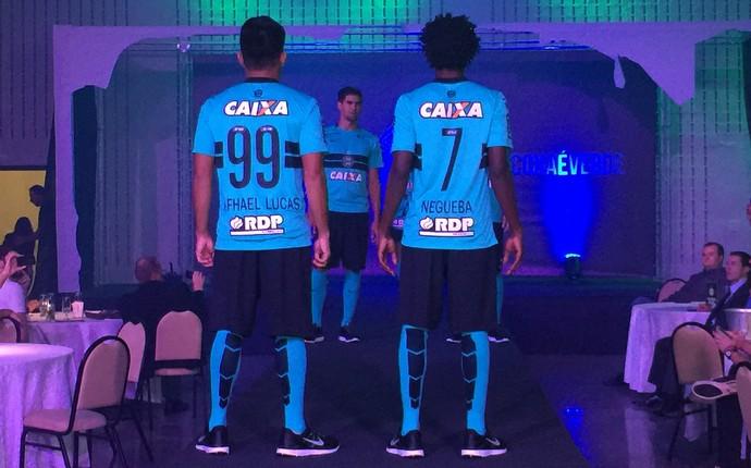 Rafhael Lucas e Negueba vestem novo uniforme 3 do Coritiba (Foto: Ana Helena Goebel)