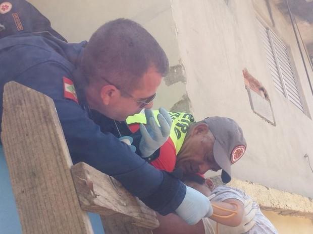 Criança teve a perna perfurada após cair sobre grade (Foto: Corpo de Bombeiros/Divulgação)