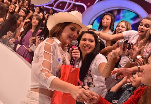 Fãs vão à loucura com a presença da atriz  (Foto: Caio Duran/AgNews)