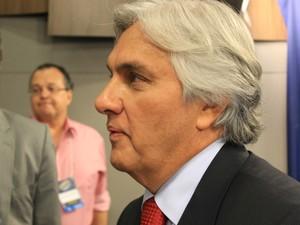 Delcídio do Amaral (PT) no fim do debate  (Foto: Lucas Lourenço/G1 MS)