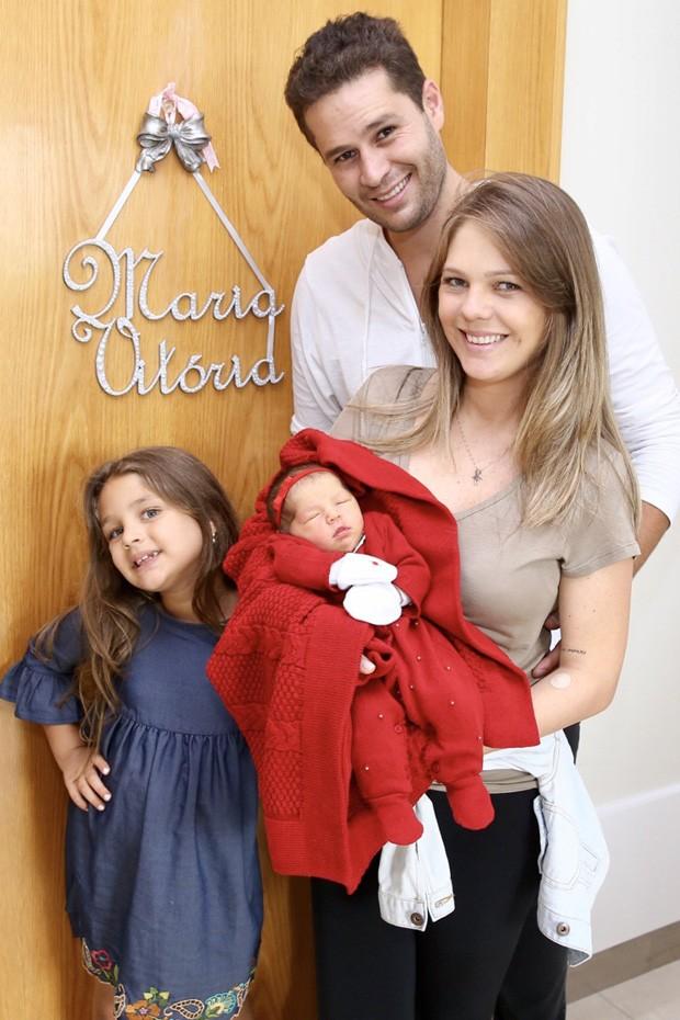 Pedro Leonardo e Thaís Gebelin com as filhas Maria Sophia e Maria Vitória (Foto: Manuela Scarpa/Brazil News)