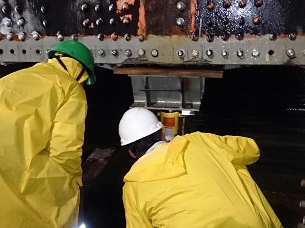 Operação começou às 23h50 de sábado (11) (Foto: Gabriela Machado/RBS TV)