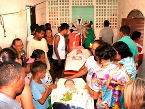 Corpos das duas idosas e da criança estão sendo velados em Mossoró, onde as três morreram atropeladas (Foto: Marcelino Neto)
